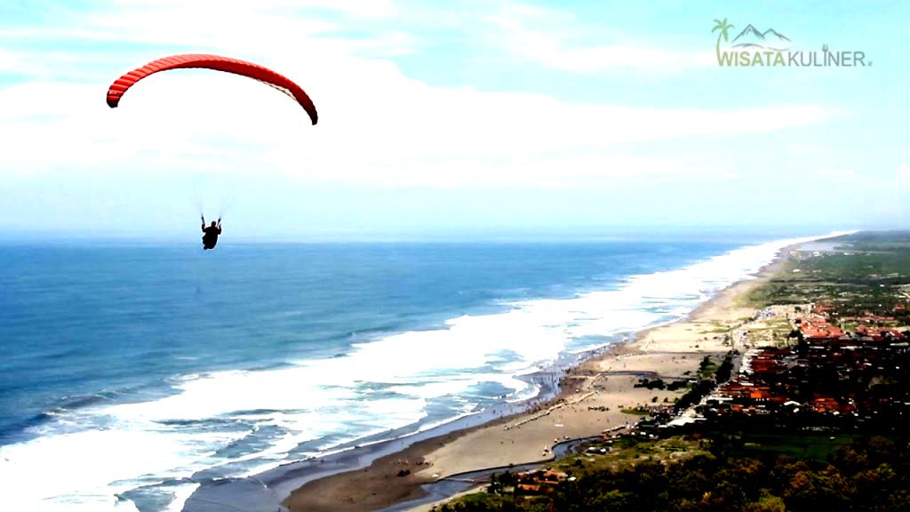 Bermain Paragliding Tandem (keduanya) di Parangtritis